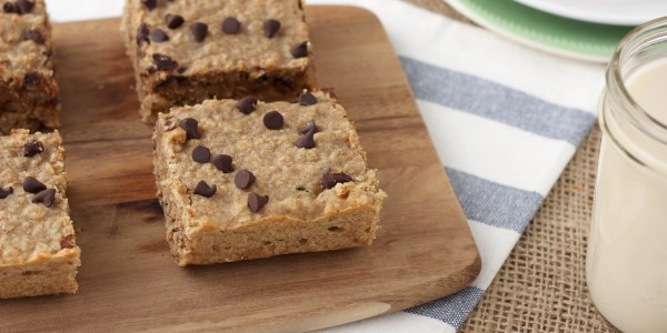 Peanut Butter Chocolate Chip Protein Breakfast Bars Recipe l www.a-kitchen-addiction.com