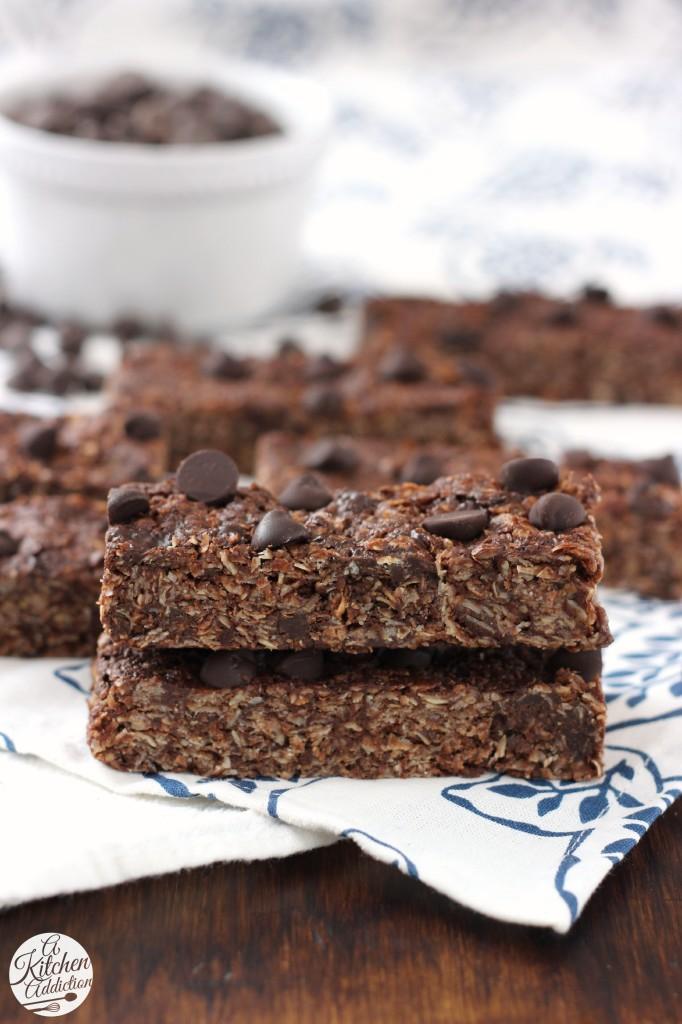 Double Dark Chocolate Peanut Butter Granola Bars -- Easy no-bake recipe! l www.a-kitchen-addiction.com
