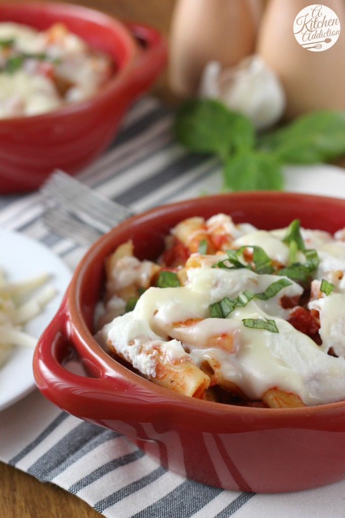 Slow Cooker Easy Baked Ziti Recipe l www.a-kitchen-addiction.com
