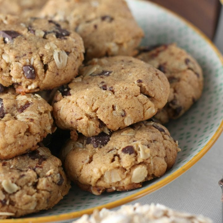 Flourless Dark Chocolate Chunk Peanut Butter Oat Cookies l www.a-kitchen-addiction.com